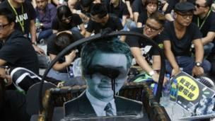 香港电视员工集会上一幅涂黑了眼睛的梁振英肖像(20/10/2013)