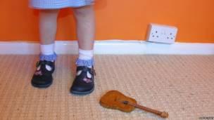Niña con zapatos escolares