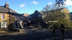 cây đổ và làm vỡ ống dẫn khí đốt chính ở Hounslow