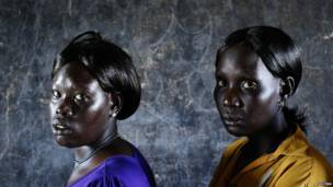 इनगॉक दिंका समूह के लोग मतदान करने के लिए कतार में अपनी बारी का इंतज़ार करते हुए. यह मतदान सूडान और दक्षिणी सूडान के बीच विवादित अबई इलाके में हो रहा है. इस इलाके के लोगों को यह तय करना है कि वो सूडान या दक्षिण सूडानमें से किसके साथ जाना चाहते हैं. दक्षिणी सूडान इस मतदान के पक्ष में है और सूडान इस मतदान के ख़िलाफ़ है.