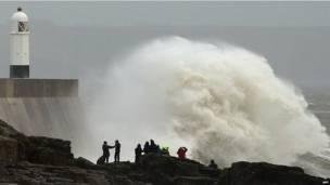 ब्रिटेन के साउथ वेल्स इलाके में पोर्ट क्लॉ बंदरगाह के पास समुद्र की लहरें. चक्रवात की वजह से उत्तर पश्चिम  यूरोप में बुरा हाल है.