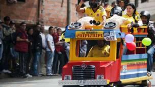 कोलंबिआ के शहर मेडेलिन में प्रतियोगी सालाना स्वनिर्मित कारों का एक मुकाबले में एक ढलान से उतरते हुए.