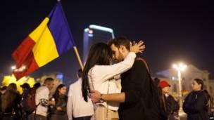 रोमानिया की राजधानी बुखारेस्ट में दो प्रदर्शनकारी. बुखारेस्ट में हज़ारों लोगों ने कनाडाई निवेश के साथ प्रस्तावित सोना और शैल गैस उत्खनन के ख़िलाफ़ प्रदर्शन किया.