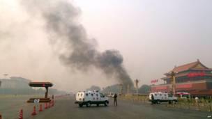 चीन के तियानानमन चौक में एक जलती हुई हुई कार से उठता हुआ धुंवा. यह कार चौक में खड़े लोगों से जा टकराई . इस हादसे में कम से कम पांच लोगों की मौत हो गई और 3 0 लोग घायल हो गए.