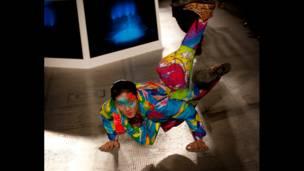 Актер танцует на сцене