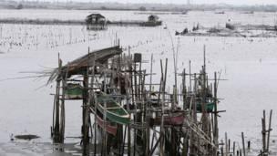 صيادون يحاولون تأمين قواربهم تحسبا للإعصار