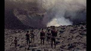 یک فبیله در تماشای آتشفشان. عکسهای جیمی نلسون