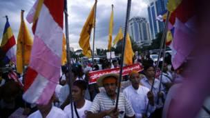 Warga ikut unjuk rasa di Yangon