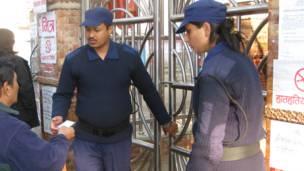 मतदान केन्द्रमा तैनाथ सुरक्षाकर्मी
