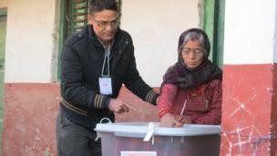 काठमाण्डू गोठाटारमा मत खसाल्दै एकजना बृद्धा