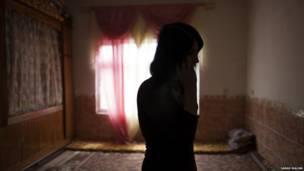 زنی پای تلفن. عکس از سارا مالیان