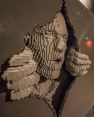 Americano faz esculturas gigantescas com até 80 mil peças do brinquedo.