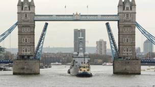 "Бельгийский фрегат ""Луиза-Мари"" на Темзе в центре Лондона."