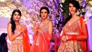 ज्योत्सना तिवारी के परिधान में मॉडल्स.