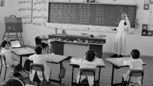 Un monja eneseña a estudiantes refugiados palestinos en el campamento Baqaa en 1970