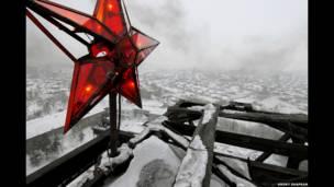 نجم أحمر قديم فوق بلدة كومسومولسكايا بشمالي شرقي موسكو