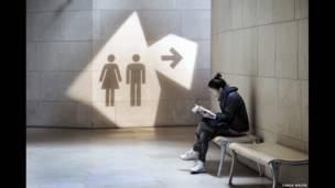 لافتة تقود إلى مرحاض عام
