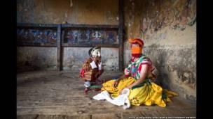 भूटानी बच्चे और डांसर की तस्वीर