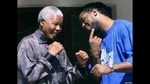 Nelson Mandela y Lennox Lewis. Reuters