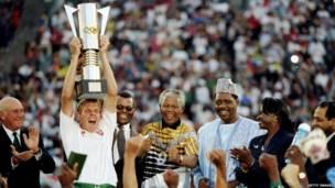 दक्षिण अफ़्रीका की फ़ुटबॉल टीम के साथ मंडेला. गेटी इमेजेज