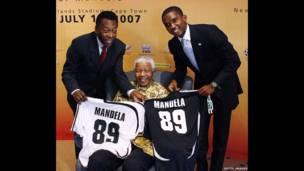 Nelson Mandela con Pelé y Samuel Eto'o. Getty