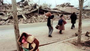 Spitak qaçqınları xarabalığa çevrilmiş Spitak şəhərini tərk edir, 11 dekabr 1988