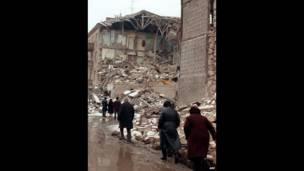 Xilas olanlar xaraba qalmış Leninakanı tərk edir, 15 dekabr 1988, AFP