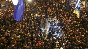Multitud alrededor de estatua de Lenin