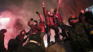 Manifestantes sobre pedestal