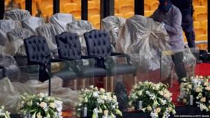 تم ازالة أغطية الكراسي المعدة لكبار الشخصيات من الحضور