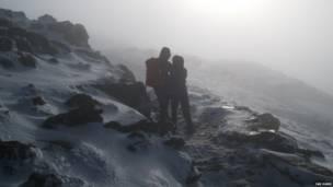 माउंट स्नो़डन पर दो पर्वतारोही. बीबीसी पाठकों की भेजी तस्वीरें