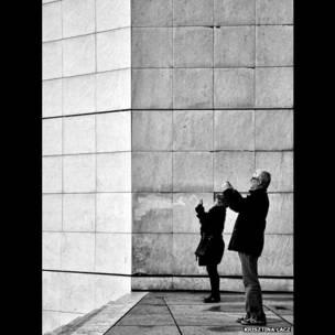 तस्वीर खींचते दो लोग, बीबीसी पाठकों की भेजी तस्वीरें
