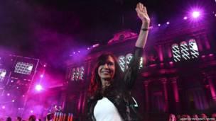 La presidenta de Argentina, Cristina Fernández de Kirchner, durante las celebraciones del 30º aniversario del regreso de Argentina a la democracia, en el palacio presidencial de Casa Rosada en Buenos Aires, el 10 de diciembre 2013. Reuters