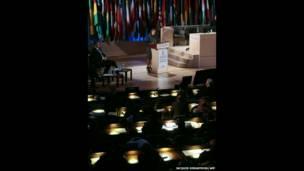 """La presidenta de Costa Rica, Laura Chinchilla (C), habla durante la inauguración del """"Foro de Dirigentes"""" de la UNESCO, el 6 de noviembre de 2013, en París. AFP"""