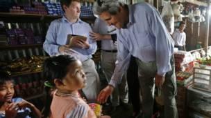 John Kerry thăm Việt Nam