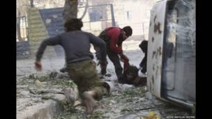 सिरियामा राष्ष्ट्रपति बशर अल असद पक्षका एक लडाकूको गोली लागेर घाइते भएका आफ्ना सहयोद्धाको उद्दार गर्दै विपक्षी फ्रि सिरियन आर्मीका सदस्यहरु