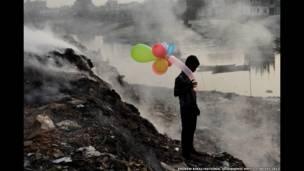 गुब्बारे से खेलता एक बच्चा