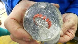 La familia que inventó los globos de nieve - BBC News Mundo 6f12dd4d56826
