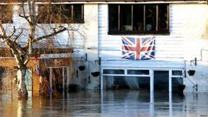दक्षिणी ब्रिटेन, बाढ़ के कारण प्रभावित लोग, भविष्य में तेज़ हवा, बारिश और आँधी की पर्यावरण एजेंसी ने जताई आशंका, पानी में डूबी गाड़िुयां, बाढ़ में घरों से सामान निकालते लोग, बाढ़ से प्रभावित जनजीवन,