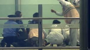 Các nhân viên y tế và cảnh sát xử lý vết thương cho ông Ji Zhongxing