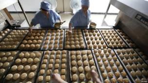 Bánh Trung Thu trên dây chuyền tại một cơ sở sản xuất ở Trung Quốc