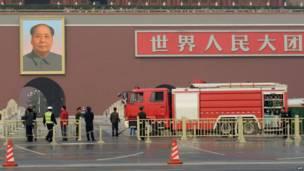Một xe cứu hỏa đỗ ngay trước cổng lớn tại Quảng trường Thiên An Môn trong sự kiện