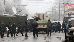 Полицейские на месте взрыва троллейбуса в Волгограде