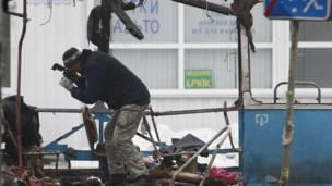 Следователь фотографирует место взрыва