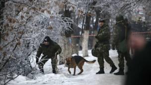 Полицейские с собакой на месте взрыва троллейбуса в Волгограде