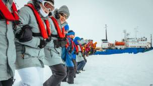 अंटार्कटिक में फंसे रूसी जहाज़ एकेडेमिक शोकाल्स्की के यात्री