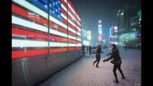 Игра в снежки на Таймс-Сквер в Нью-Йорке