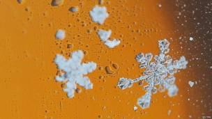 Снежинки на лобовом стекле автомобиля
