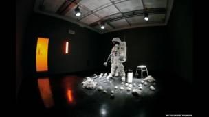 Exposição em Londres traz diversas obras e instalações analisando o único satélite natural da Terra.