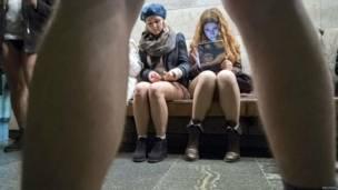 Пассажиры метро в Киеве